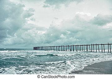 encima, viejo, embarcadero, mar tempestuoso