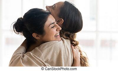 encontrar, feliz, niñas, abrazar, multiétnico, excitado