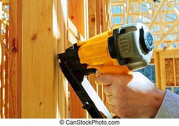 encuadrado, contratista, trabajador, trabajo encendido, un, pequeño, pared, en, un, nuevo, comercial, residencial, desarrollo
