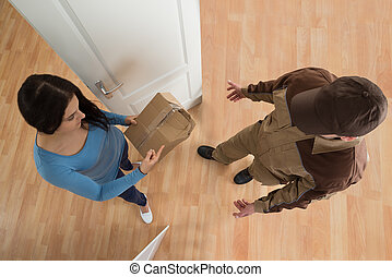 endommagé, femme, livraison paquet, réception, homme