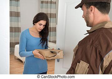endommagé, femme, livraison paquet, tenue, homme