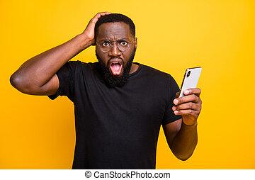 enduisage, couleur isolée, photo, brouter, saisir, voir, t-shirt, sien, fond, jaune, faux, par, vif, désinvolte, téléphone, tête, après, nouvelles, quoique, homme