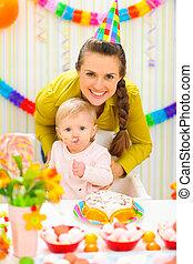 enduit, anniversaire, mère, bébé, fête, sourire, manger,...