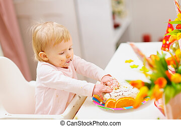 enduit, bébé, anniversaire, touché, mains, gâteau, manger
