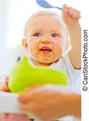 enduit, girl, manger, cuillère, chaise bébé, adorable, jouer