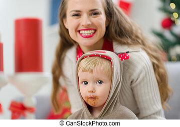 enduit, jeune, manger, mère, bébé, portrait, sourire, noël
