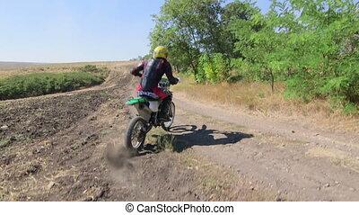enduro, racer, in, motorrad, schützendes zahnrad, fahrenden...