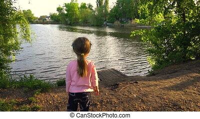 enfant, été, girl, soir, rivière, peu, regarder