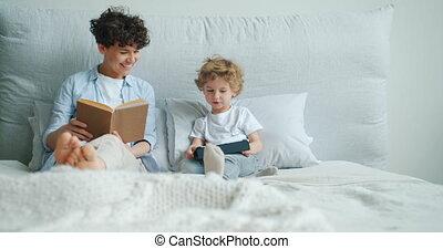 enfant, appartement, tablette, moderne, lit, quoique, livre, mère, utilisation, lecture