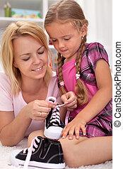 enfant, chaussures, mère, comment, enseignement, cravate