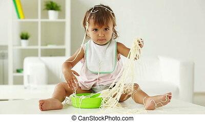 enfant, dans, spaghetti