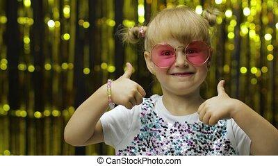 enfant, exposition, regarder, fond, pouces, rideau, fleuret, sourire, appareil-photo., poser, haut, girl, doré