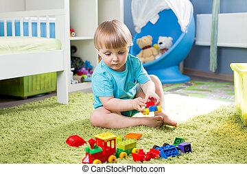 enfant garçon, intérieur, jouets construction, jouer