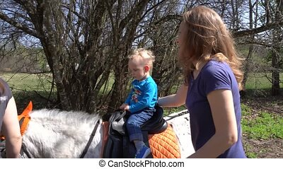 enfant garçon, poney, mère, cavalcade, mouvement, peu, safety., sien, gimbal, soin