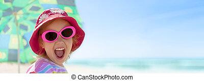 enfant, girl, heureux, sourire, dents saines, lunettes soleil, plage, été, vacances, panorama