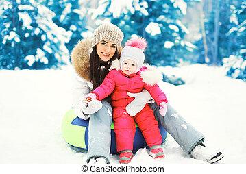 enfant, hiver, neigeux, séance, traîneau, ensemble, mère, jour, heureux