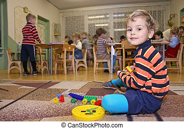 enfant, jeu, dans, jardin enfants