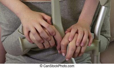 enfant, mère, béquilles, mains