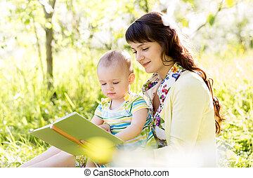 enfant, mère, livre, dehors, lecture, heureux