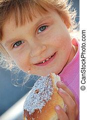enfant mange, brioche