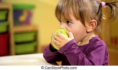 enfant mange, pomme, nourriture bébés