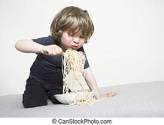 enfant mange, spaghetti, sofa
