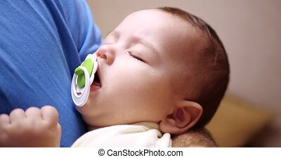 enfant, père, petit, arms., papa, gros plan, 4k, balancer, sleep., endormi, bébé, sien, abattre