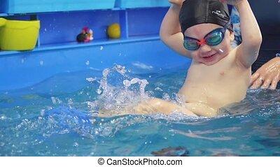 enfant, piscine, enfantqui commence à marcher