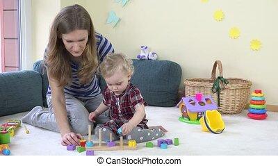 enfantqui commence à marcher, girl, à, elle, jeu mère, traction, bois, coloré, briques, sur, polonais, à, home.