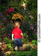 enfantqui commence à marcher, jardin