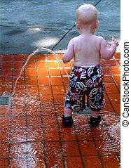 enfantqui commence à marcher, jouer, dans, fontaine