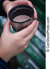 enfants, chaud, mains, boisson, tasse