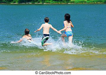 enfants courant, dans, eau