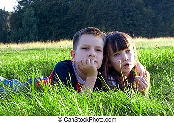 enfants, dans, herbe