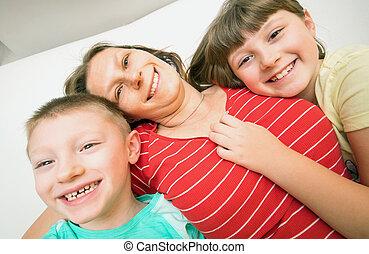 enfants, deux, elle, prendre, sourire, maison, mensonge, sofa, selfie, mère