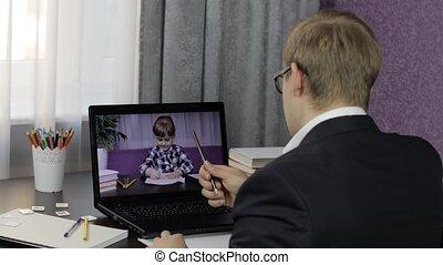 enfants, education, appeler, vidéo, distance, marques, homme, ordinateur portable, prof, pupil.