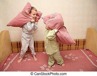 enfants, jouer, oreillers, lit