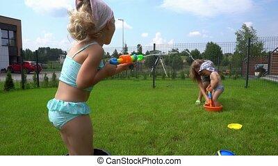 enfants, maison, fusil, arrière-cour, mère, heureux, jardin, avoir, combat eau