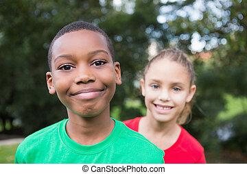 enfants, mignon, sourire, appareil photo, dehors