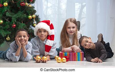 enfants, noël, tenue, dons