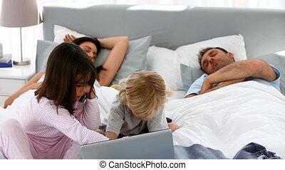 enfants, ordinateur portable, attentif, utilisation