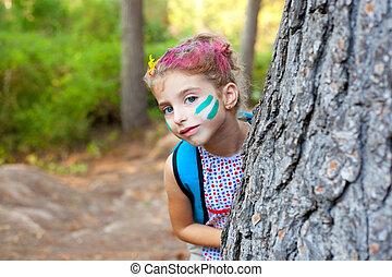 enfants, petite fille, heureux, jouer, dans, forêt, arbre