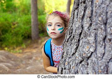enfants, petite fille, jouer, dans, forêt, arbre, maquillage
