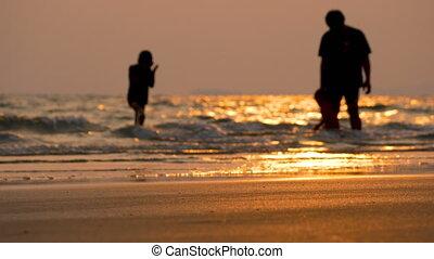 enfants, silhouette, jouer, famille, mer