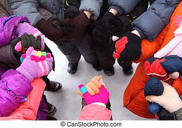 enfants, stand, autour de, avoir, mains jointes, vue dessus