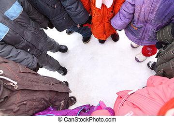 enfants, stand, autour de, vue dessus
