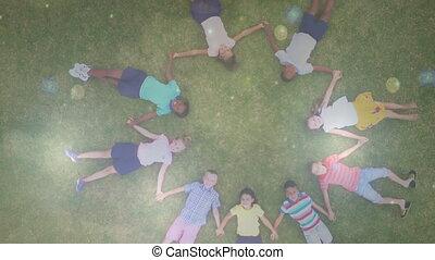 enfants tenant mains, herbe, mensonge