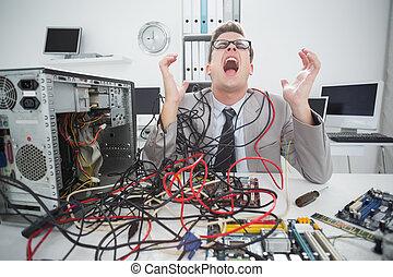 enfatizado, ingeniero, trabajando, cables, roto, computadora