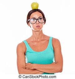 enfatizado, mujer, con, un, manzana, en, ella, cabeza