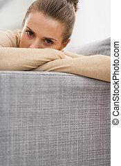 enfatizado, mujer joven, sentar sofá